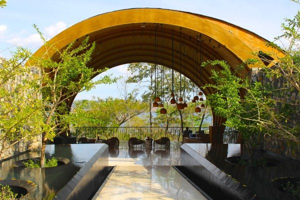 The spectacular entrance of the resort.